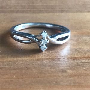 Jewelry - Beautiful 3 Diamond Ring In Sterling Silver